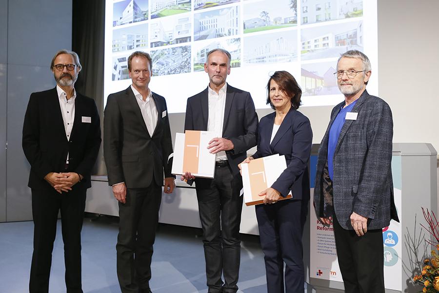 Anerkennung Kliniken an der Paar, Detlef Thomsen, Joachim Welp (beide links) und der Juryvorsitzende